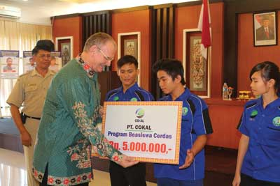 Cokal Indonesia president director Garry Kielenstyn awards university scholarships in Murung Raya Regency as part of the company's CSR program.